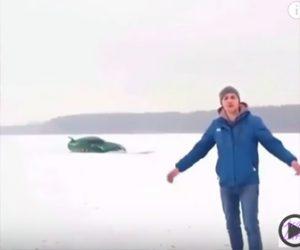 【衝撃】凍った湖の上でドリフトをする車が氷が割れて…