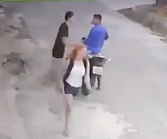 【強盗】バイクで現れた強盗がカップルを襲うが男性が強盗に飛びかかり…