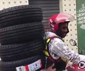 【動画】バイクで車のタイヤ4本を運ぶ方法