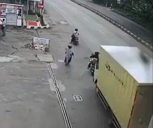 【事故】2台のバイクに猛スピードのトラックが後ろから突っ込む衝撃事故映像