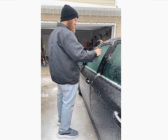 【動画】凍った車のドアをハンマーで氷を割ってドアを開ける