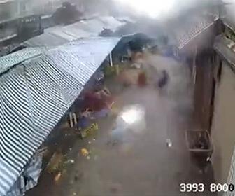 【自然】ストリートマーケットが洪水で流されてしまう衝撃映像