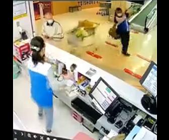 【衝撃】オートスロープから猛スピードでショッピングカートが落下し男性に直撃してしまう