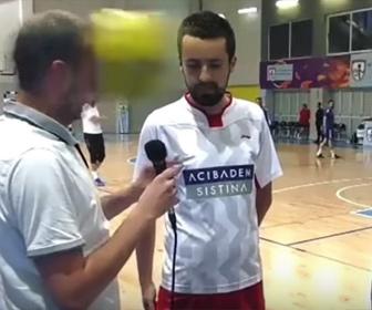 【衝撃】フットサル選手にインタビューする男性の顔にボールが直撃