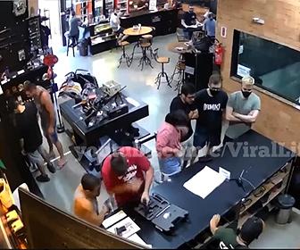 【衝撃】ガンショップで弾が詰まった銃が暴発、客の男性が撃たれてしまう衝撃映像