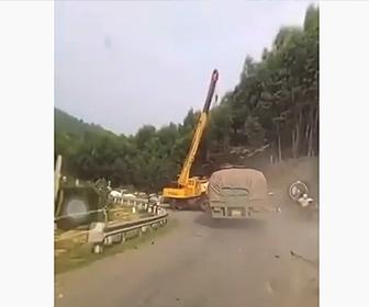 【事故】車道で作業中のクレーン車に大型トラックが突っ込んでしまう衝撃映像