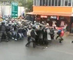 【動画】ホンジュラス移民がグアテマラ国境で国境警官のバリケードを突破する衝撃映像