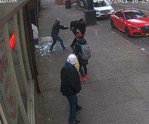 【衝撃】コインランドリーで泥棒がガラスを突き破り必死に逃げる衝撃映像