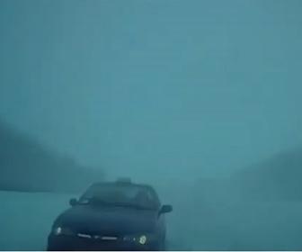 【事故】雪で視界が悪い道で車が突然現れ、正面衝突してしまう衝撃事故映像