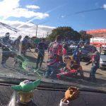 【ロードレイジ】バイク集団と車の運転手が口論になり、バイク集団が襲いかかってくる衝撃映像