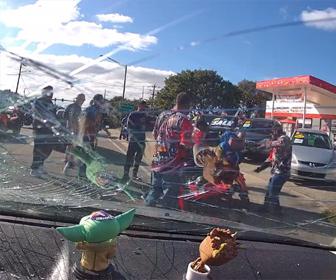 【ロードレイジ】バイク集団が車の運転手に襲いかかる衝撃映像