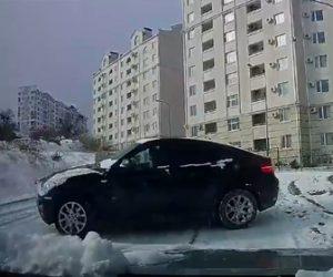 【動画】雪道でスリップし横滑りしてくる対向車をバックで必死に逃げる