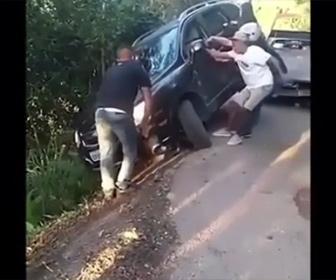 【衝撃】崖に落ちそうな車を男性3人で引っ張り助けようとするが…