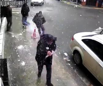 【動画】建物から落ちてきた氷が歩道を歩いていた男性の頭に直撃してしまう