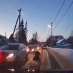 【事故】車の間から少年が車道に飛び出し、車にはね飛ばされてしまう