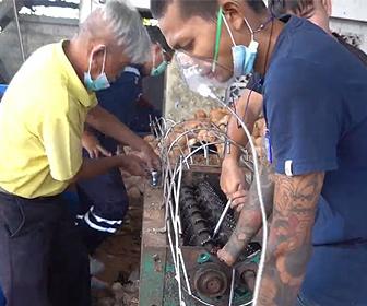 【閲覧注意動画】男性がココナッツ皮むき機に手を巻き込まれてしまう衝撃映像