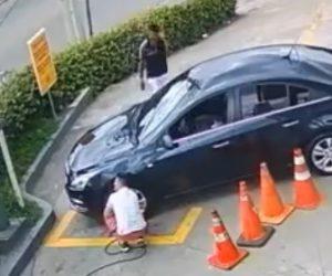 【泥棒】車のタイヤに空気を入れている隙に泥棒が車から携帯と財布を盗む衝撃映像
