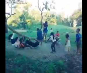 【衝撃】木をしならせてぶら下がる子供たちの遊びが危険すぎる