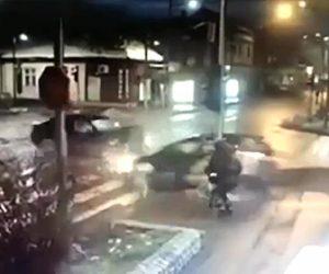 【事故】交差点で接触した車が子供連れの母親に突っ込んでくるが…