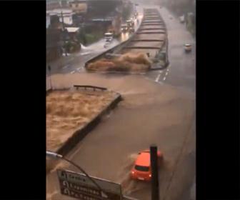 【洪水】大雨で川が氾濫し濁流から車が必死に逃げる