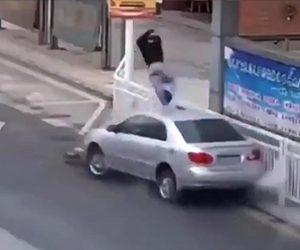 【事故】コントロールを失った車がスクーターと正面衝突してしまう