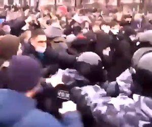 【暴行】モスクワでデモ隊と警察官が激しい殴り合いをする衝撃映像