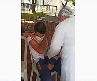 【衝撃】新型コロナウイルスワクチンの注射を怖がる男性。注射を打たれた瞬間を失ってしまう