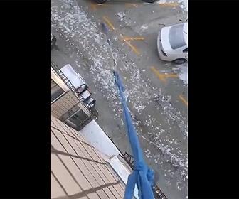 【衝撃】ロックダウン中、長いロープを使いマンションの窓から犬の散歩をする衝撃映像