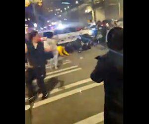 【衝撃】群衆に囲まれたパトカーが急発進し大勢をはね飛ばしていく衝撃映像