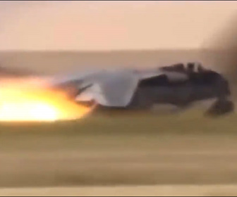 【衝撃】戦闘機が着陸に失敗し炎上。パイロットが緊急脱出する衝撃映像