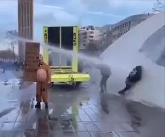 【衝撃】コロナ対策に抗議する女性が放水車の放水を食らい吹き飛ばされ…