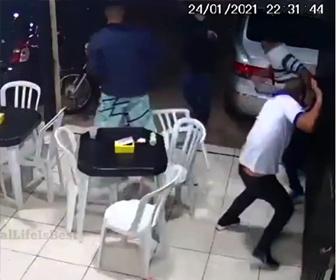 【強盗】ファーストフード店に強盗が現れ、客が飛びかかり抵抗するが…