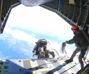 【動画】フランス特殊部隊が警察犬と一緒にスカイダイビングをする