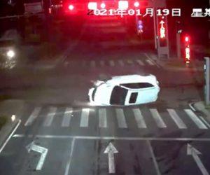 【事故】飲酒運転で横転事故。交差点で猛スピードの車が境界ブロックに乗り上げ横転してしまう