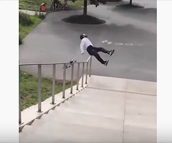 【衝撃】スケボーで階段の手すりを滑り降りようとするが失敗し…
