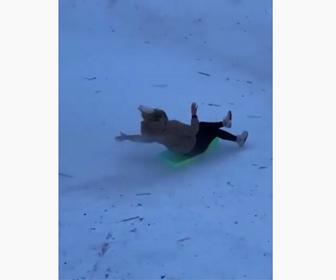 【衝撃】女性がソリで雪の斜面を滑り下りるがスピードが出すぎで止まれず…