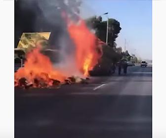 【衝撃】車で運んでいる大量の藁に火が付いてしまい…