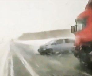 【事故】雪道でスリップし停車した車に後続のトラックが突っ込んでしまう