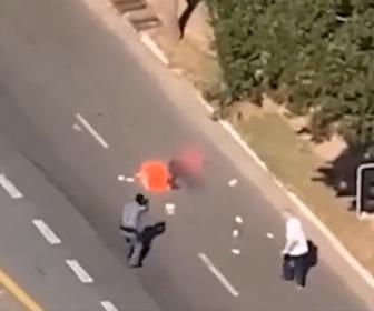 【強盗】大量の現金を持って走って逃げる強盗が警察官に銃で撃たれ取り押さえられる