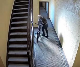 【泥棒】マンション室内に止めてある電動自転車を泥棒が盗んでいく衝撃映像