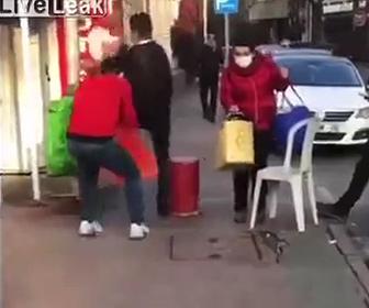 【面白】足元で犬の鳴き声をして驚かせるイタズラ動画