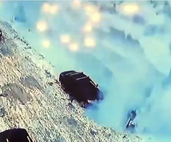 【衝撃】道で立ち話している女性2人に建物から大量の雪が落ちてくる衝撃映像