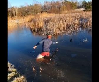 【動画】ゴルフで凍った池に落ちたボールを男性が必死に打つ
