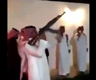 【衝撃】男性が祝砲を撃つが反動で銃が横を向き…