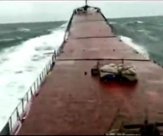 【事故】トルコ沿岸で貨物船が高波で折れ、沈没してしまう