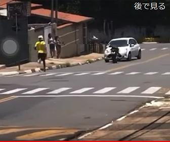 【事故】ジャックナイフをするライダーが失敗してバイクから落下し…