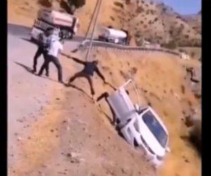 【事故】崖から落ちそうな車を数人が手をつないで必死に助けようとするが…
