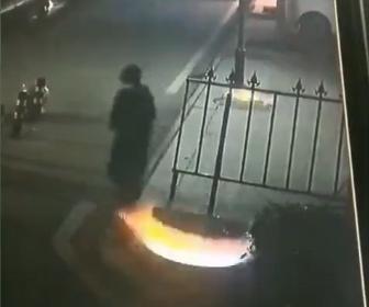 【衝撃】少年が火がついた爆竹をマンホールに投げ込み2つのマンホールが大爆発する衝撃映像