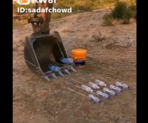【神業】ショベルカーを巧みに操作しペットボトルを拾い上げる