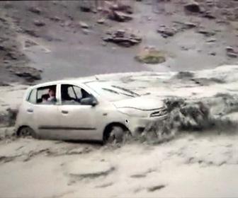 【衝撃】車内に人が乗っている車が濁流に流されていく衝撃映像